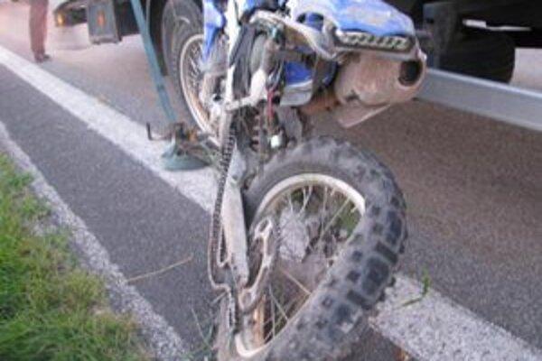 Motocykel po zrážke.
