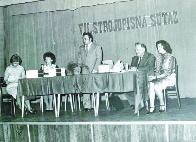 Porota (zľava): profesorka Oľga Psotová, mnohonásobná víťazka Mária Hrašnová, Imrich Lančarič zMNV, zástupca jedného zpodnikov, ariaditeľka MsKS Astéria Kufelová.