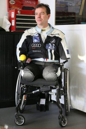 Frederic Sausset, jeden zo 180 súťažiacich šoférov a prvý v histórii pretekov v Le Mans, ktorý si sadne za volant so štyrmi amputovanými končatinami. O tie prišiel v roku 2012 po infekcii.