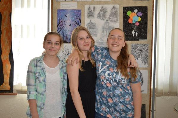 Žiačky výtvarného odboru pri svojich prácach. Zľava: Viktória Hunková, Emma Hunková, Tamara Paulíková.