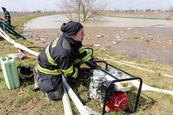 Hasiči prečerpávali vodu zo starého koryta rieky Nitry do hlavného.