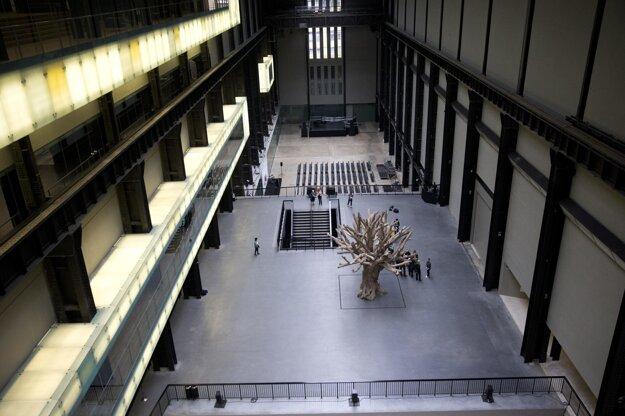 Typický strom uprostred hlavnej haly, samozrejme, zostal.