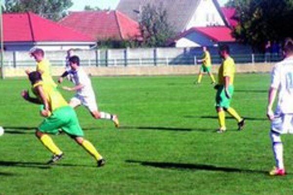Zo zápasu Tvrdošovce - Marcelová 7:0. Jesenný majster (v bielom) doma ani raz nezaváhal.