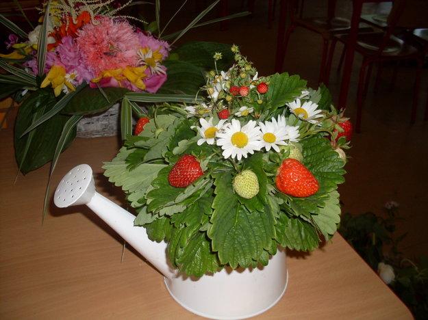 Zvíťazilo aranžovanie v spojení lesných jahôd, lúčnych kvetov a jahôd zo záhradky.