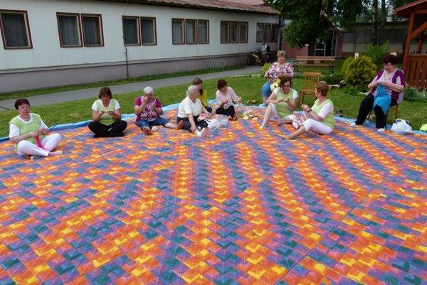 Ženy z pletacieho klubu a ich rekordná deka.