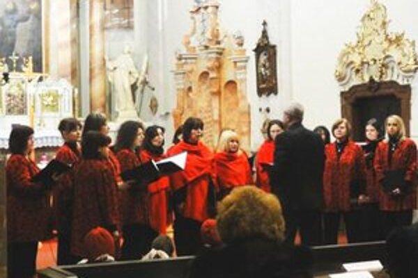 Vystúpenie speváckeho zboru Ozvena vo františkánskom kostole,