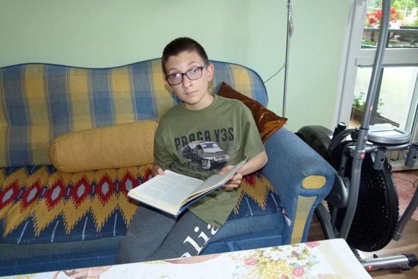 Danielko rád číta rôzne encyklopédie.