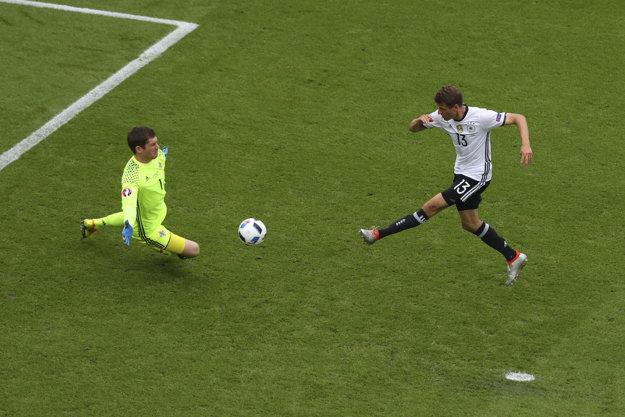 Brankár Michael McGovern likviduje veľkú šancu Thomasa Müllera.