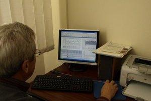 Údaje z meračov z okrajových lokalít okresu sa online zobrazujú v novozámockom sídle regionálnej správy ciest.