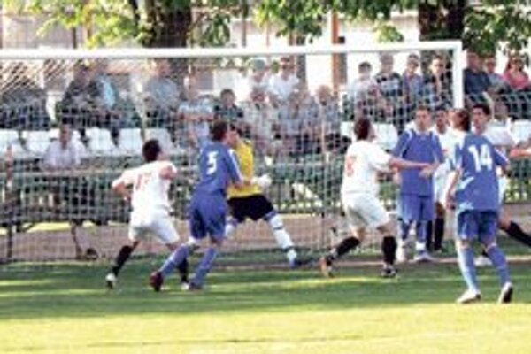 Futbalisti FKM (v modrom) urobili na jar oveľa viac vzruchu pred bránou súpera.