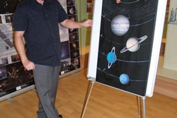 Magnetickú tabuľu pre návštevníkov pripravil kurátor výstavy Ladislav Petrovič.