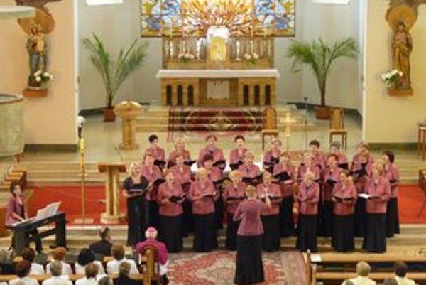 Vystúpenie domáceho zboru Kantáta v šurianskom kostole.