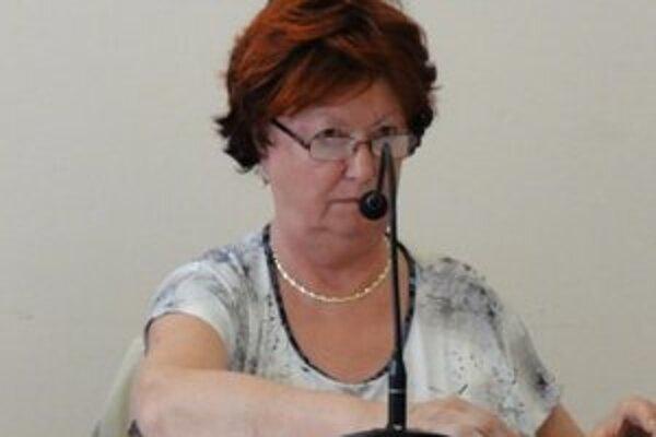 Primátorka M. Zemková na rokovaní mestského zastupiteľstva v Hurbanove.