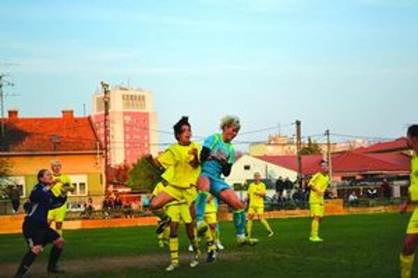 Union (v žltom) sa takmer počas celého zápasu bránil. Vysokej prehre zabránila domáca gólmanka M. Krkošová (vľavo).