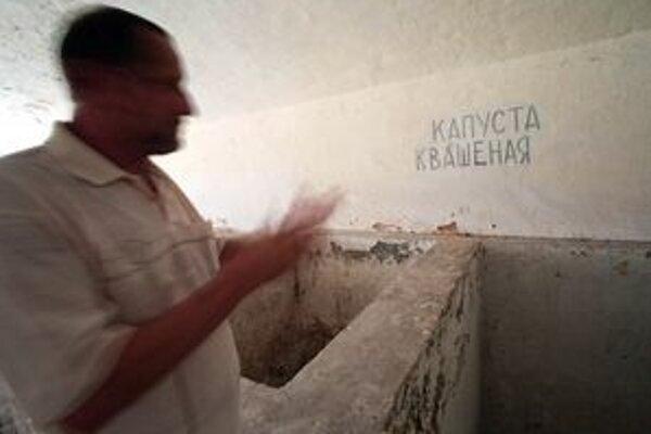 Na snímke dodnes zachované pozostatky z pôsobenia sovietskych vojsk v pevnosti.