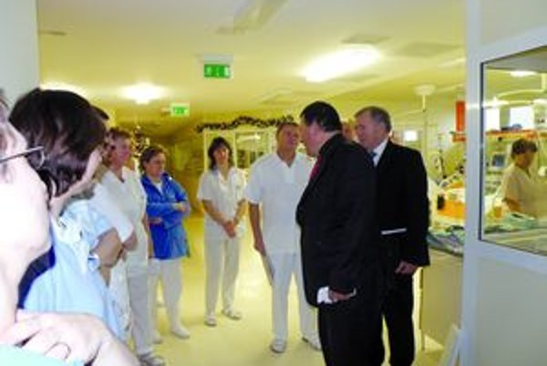 Vedenie nemocnice s personálom.