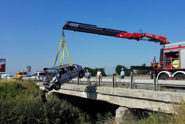 Auto vytiahli z potoka pomocou hydraulickej ruky.
