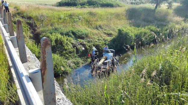 Zdemolované auto s dvoma ženami skončilo v potoku.
