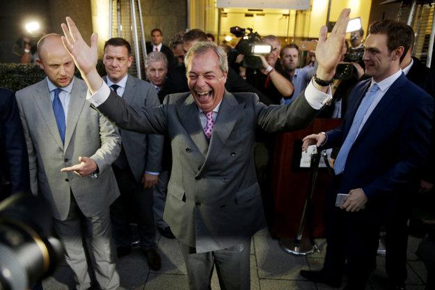Nigel Farage oslavuje úspech v referende.