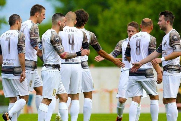 Futbalisti OFK Teplička nad Váhom budú hrať len v tretej lige.