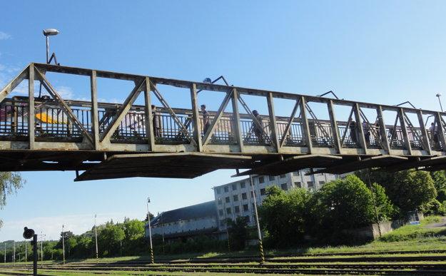 Železničný most pre peších dostal novú tvár.
