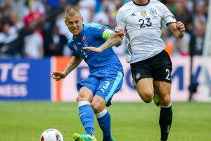 Martin Škrtel (vľavo) zapríčinil v osemfinále penaltu. Ozil ju nepremenil.