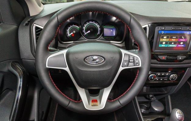 Volant dostal červené prešívanie a plaketu pripomínajúcu okrúhle výročie s poradovým číslom vozidla