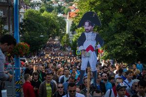 Účastníci druhého protestu smerujú pred bytový komplex Bonaparte.