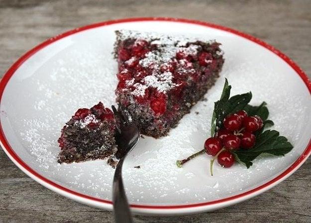 Makovo-orechový koláč s ríbezľami