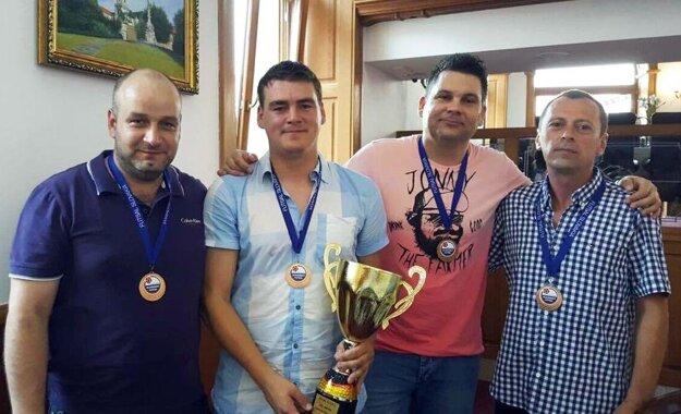 Zľava viceprimátor Martin Nemky, kapitán Peter Peciar, tréner Anton Suchan a prezident klubu Miloslav Horka.