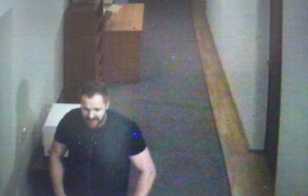 Tvár neznámeho muža zachytili bezpečnostné kamery.