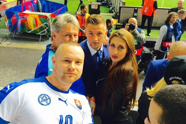 Milan Škriniar s priateľkou, bratom a otcom na štadióne v Nice.