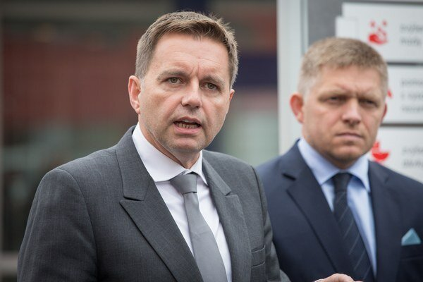Minister financií Peter Kažimír a premiér Robert Fico (obaja Smer-SD).