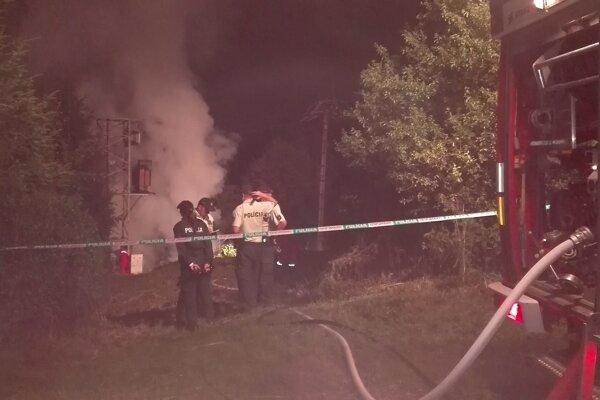 Ešte aj krátko pred dvanástou hasiči bojovali s požiarom drevenej chatky. Na mieste je aj polícia.
