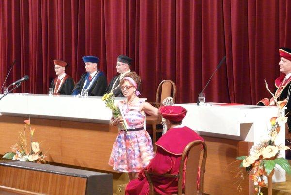 Tisíca absolventka Mária Kotálová počas promócie.