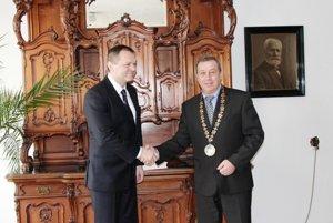 Budúci šéf SIS Anton Šafárik (vľavo) v roku 2011 ako prezident dobrovoľníkov maltézskeho rádu na návšteve Borského Mikuláša.