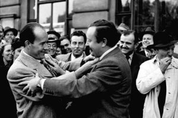 Werich víta Voskovca na pražskom Wilsonovom nádraží po návrate z Ameriky 1. septembra 1946.