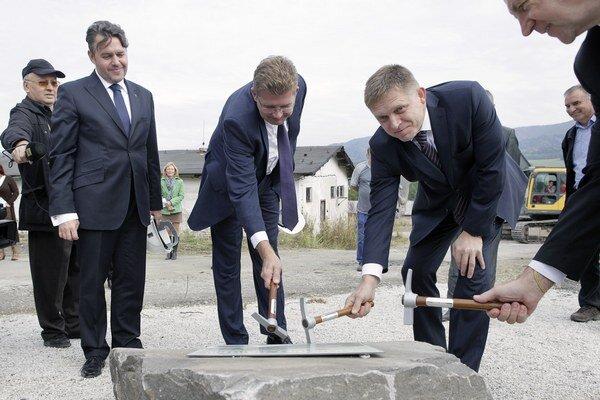 Premiér Robert Fico na snímke z roku 2009 pri slávnostnom začatí výstavby rybej farmy Hornonitrianskych baní Prievidza.