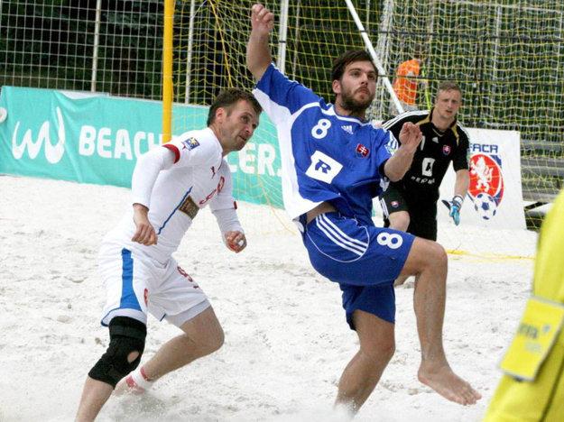 Marek Kostoláni (v modrom) v zápase proti Česku.