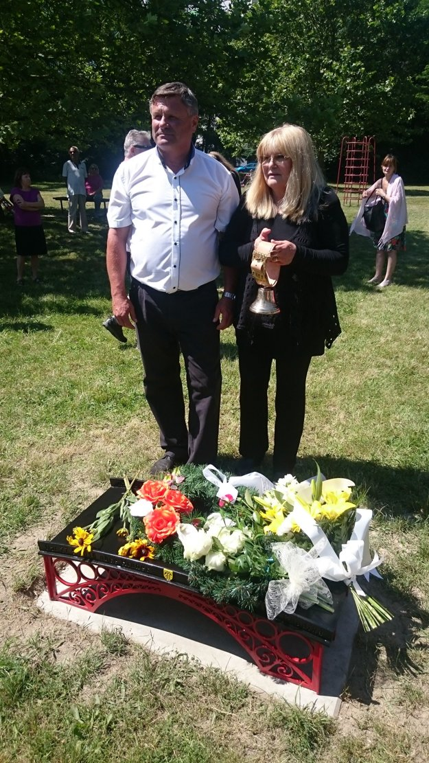 Manželka Ladislava Chudíka Alena Chudíková spoločne so starostom Hronca Bohuslavom Nemkym pri slávnostnom akte.