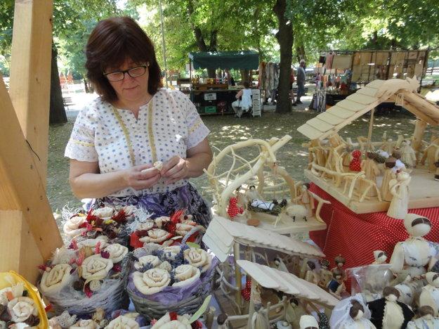 Mária Teplanová vyrába šúpoľovú ružičku.