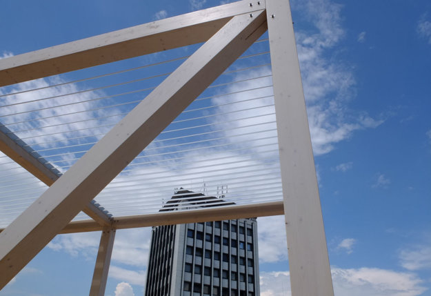V častiach konštrukcie osadili hliníkové lamely pre tieň.