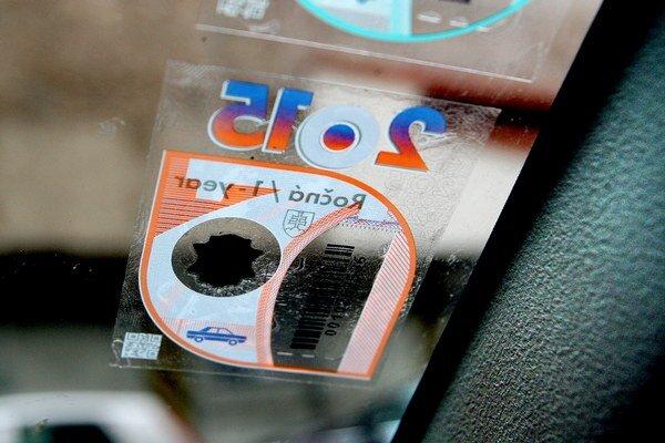 Klasické nálepky majú nahradiť elektronické diaľničné známky.