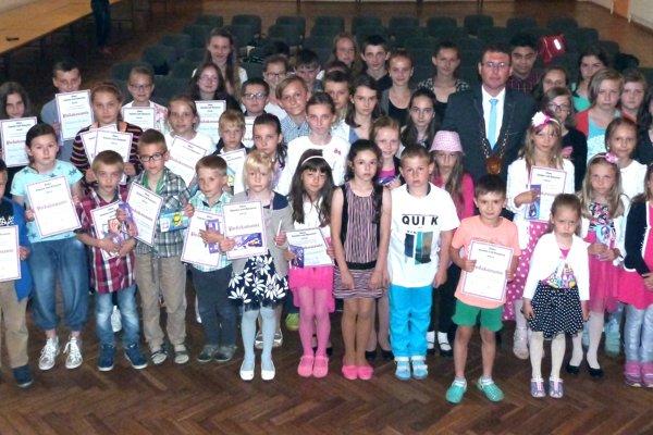 Ocenené deti spoločne sAntonom Varechom, starostom obce Vysoká nad Kysucou.