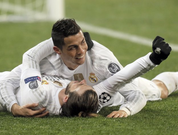 Cristiano Ronaldo (hore) oslavuje gól so spoluhráčom Garethom Baleom.