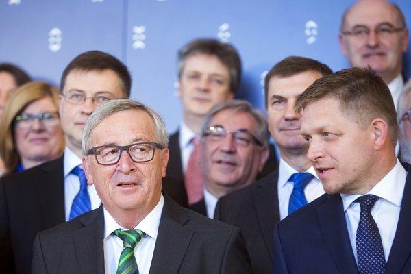 Na snímke predseda Európskej komisie Jean-Claude Juncker (vľavo) a slovenský premiér Robert Fico.