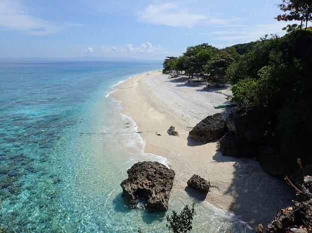 Pláž na ostrove Sumilon, Filipíny.