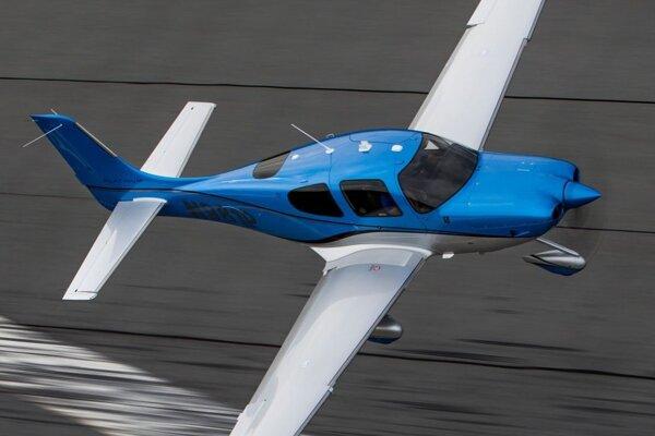 Lietadlo Cirrus SR22 podobné tomu, ktoré teraz havarovalo Nemecko (ilustračné foto).