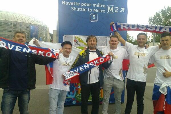 Branislav Beniač (v strede) v spoločnosti ruských fanúšikov.
