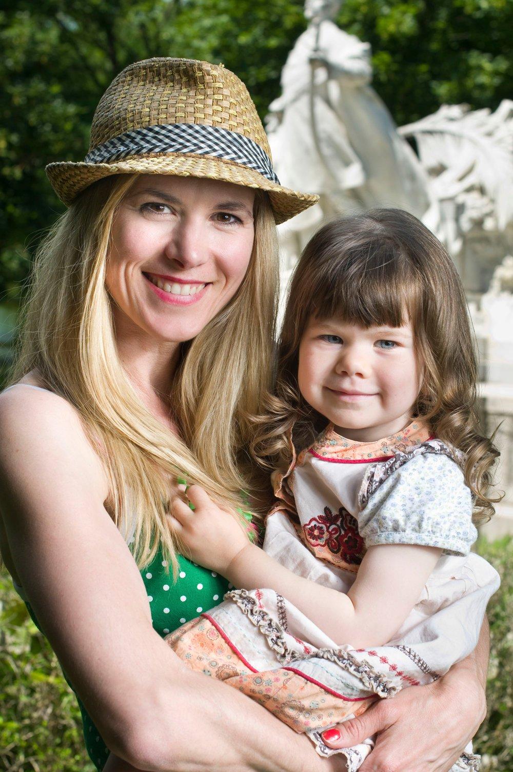 Kým Monika hovorí s deťmi doma po slovensky, jej partner po maďarsky. Rodičia medzi sebou zvolili ako dorozumievací jazyk angličtinu.